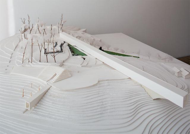 画像: 「江之浦測候所模型」。みかん山の斜面が敷地である。高いところに長く伸びるのは100メートルギャラリー。 その下に斜めに交差するのが冬至の日にのみまっすぐ光が差し込む70メートルの隧道だ ©HIROSHI SUGIMOTO/COURTESY OF OADAWARA ART FOUNDATION