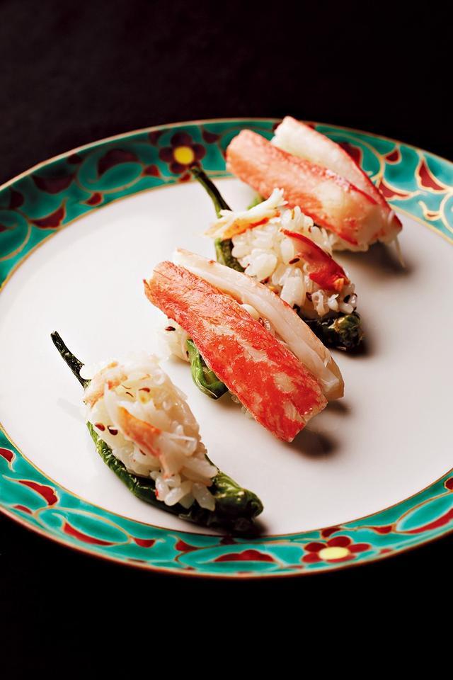 画像: 「蟹とししとうの握り」by 銀座 鮨青木。蟹肉、ししとう、白ごま、ガリをごま油であえたすし飯を蟹とししとうで握る