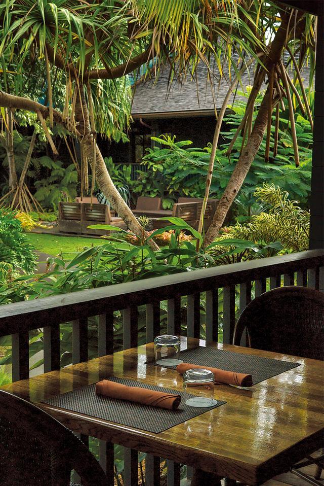 画像: 「ルメリア・マウイ」のレストラン、ウッデン・クレートのテーブル