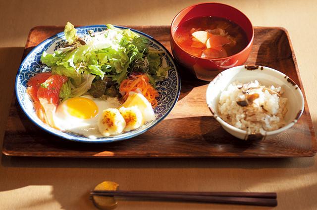 画像: 定食「365日」は炊き込みご飯+みそ汁orトースト+スープ、サラダ、 目玉焼き、スモークサーモン。¥1,050