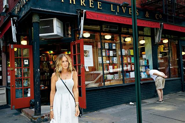 画像: 彼女自身の名を冠した文学シリーズを立ち上げる女優のサラ・ジェシカ・パーカー。 ニューヨークにある人気の書店スリー・ライブズ &カンパニーの前で PHOTOGRAPH BY JENNIFER LIVINGSTON
