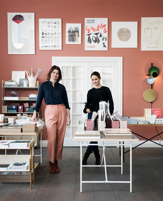 画像: スティルレーベンのデザイナー、ディテ・レクウェグとイエレーナ・ノーデントフト。 デンマークの老舗陶器ブランド「ケーラー」と共同制作した ボーダー柄のフラワーベース「オマジオ」のデザイナーとしても知られる