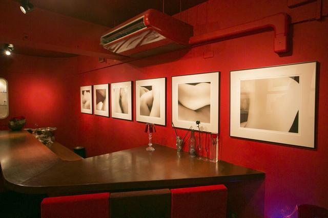 画像: 『Shu!』では常時、美術館級のアート作品を入れ替えながら展示している。オーナーの栗澤さんはじめ、女性だけの居心地のいいバーだ