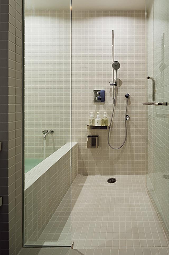 画像: シャワー室にはバスタブつきの個室もある