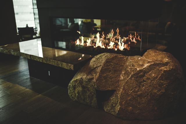 画像: 囲炉裏をイメージしたという暖炉には、香川県高松市の御影石「庵治石」を使用
