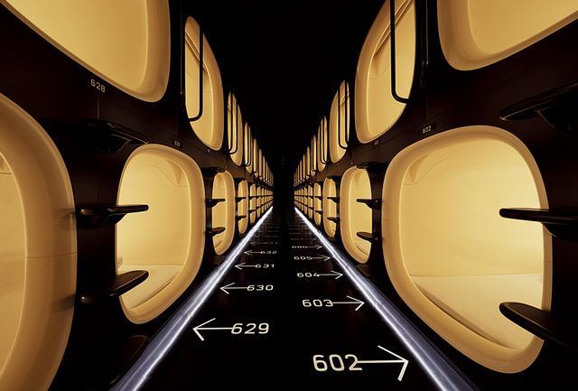 画像: ホテルの核心である男女別フロアのカプセルユニット。 未来的デザインでまるで宇宙船のよう。幅・高さともに約1.1m、長さ2.1mで、R型の丸みを帯びた内壁に包まれることで圧迫感がない。ユニット数は、女性用104、男性用102室