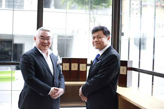 画像: 黒龍酒造の水野直人社長(右)は、「日本酒は時間を経て、どんどんまろやかな味になります。もちろん、味のふくらみや複雑さも加わります。この試みが業界全体に広まれば、日本酒の価値がさらに上がるでしょう」。「京都吉兆 嵐山本店」の徳岡邦夫氏(左)は「ワインと同様、投資対象となるような価値のある日本酒がこれから出てくることを期待しています」