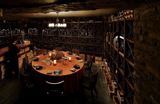 画像: 隠れ家のような「天空」のワインセラー。 ヴィンテージワインのほか、世界各国の名ワインが揃うセラーでプライベートな食卓を。おすすめはフランスの郷土料理と本格広東料理