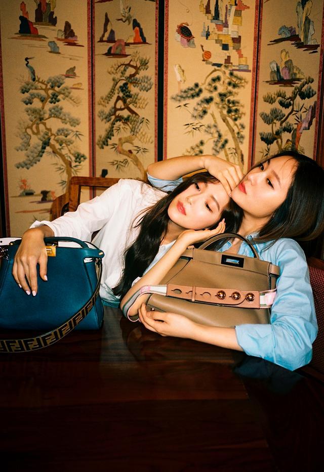 画像: 「エピソード2」 元少女時代のジェシカ・チョン(左)と、同じく歌手として活躍する妹のクリスタル・チョン(右) PHOTOGRAPHS: COURTESY OF FENDI
