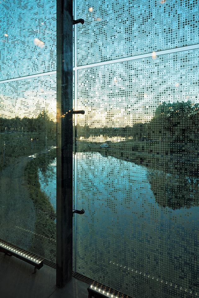 画像: レストランが位置するのは、真冬は天然のスケートリンクになる湖の上。 建物を覆うすべてのガラスパネルに印刷されたエストニア伝統のシンボルのコラージュが、 中に佇む者をもやさしく包み込む