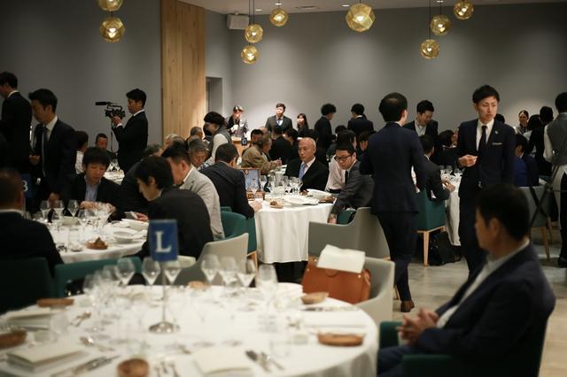 画像: 会場は六本木のモダンバスク料理店「エネコ東京」。入札結果を待つあいだ、黒龍酒造の酒に合う料理がコースで提供された