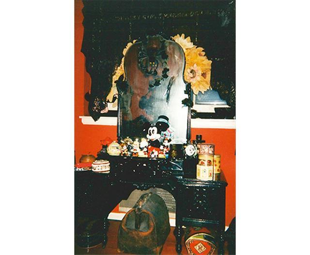 画像: 「16番街にあった昔のアパートの写真。ここで服のデザインを始めたの」 COURTESY OF ANNA SUI
