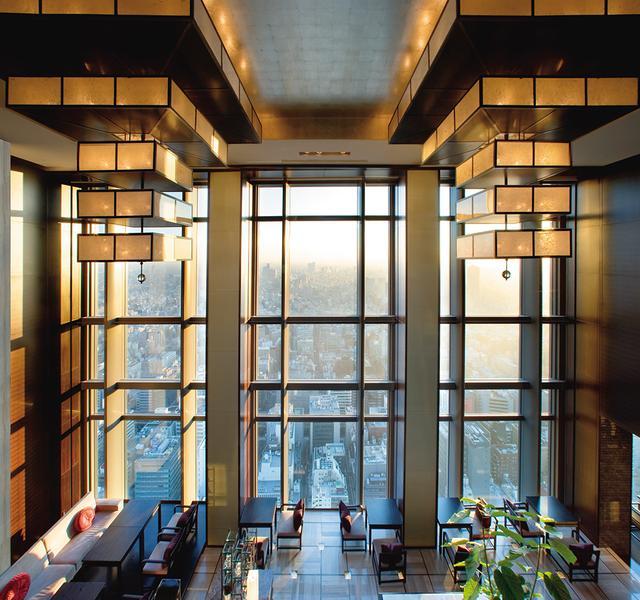 画像: 38階のロビーエリアまでエレベーターで直行すると左右の大きな窓にダイナミックな都会の情景が映る、まさに天空のロビー。East Window側にはレセププションやコンシエルジュのデスクがあり、East, West Windowともに高い天井まで一面の窓が