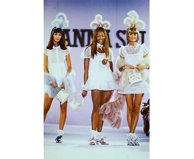 画像: 「1994年のコレクションのテーマは、グランジ・バンドの女の子。だからクリスティ、ナオミ、リンダの3人にベビードールドレスを着せたわ」 RAOULGATCHALIAN / COURTESY OF ANNA SUI