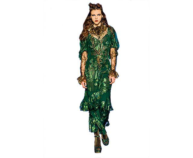 画像: 「2017-18年秋冬コレクションのドレス。ノエル・カワードによる映画『Blithe Spirit』(1945年)に出てくる幽霊がインスピレーション源」 THOMAS LAU / LOUD & CLEAR MEDIA / COURTESY OF ANNA SUI