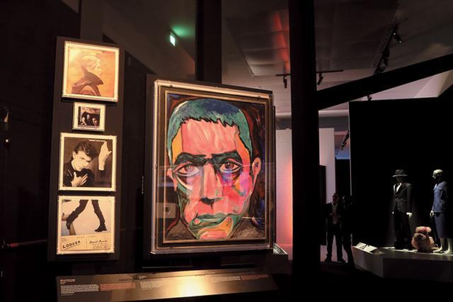 画像: 『DAVID BOWIE is』の展示風景より。ボウイが1977年に描いた三島由紀夫の肖像画「Head of Mishima」。当時生活していたベルリンのアパートの寝室に飾られていたという ©EIKON/ G.PERTICONI