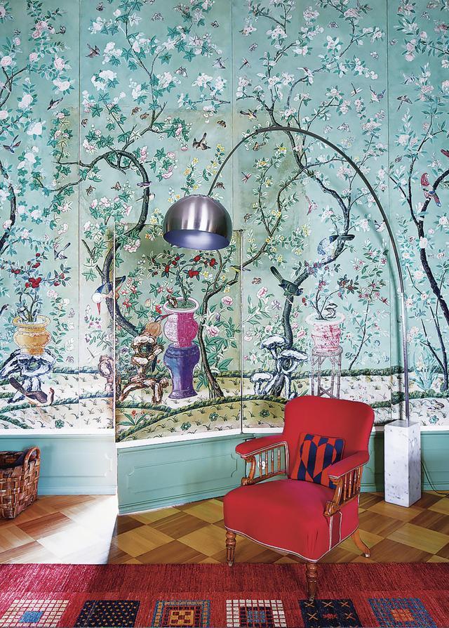 画像: 家族のリビングルームには、最近修復が終わったばかりの18世紀初期の中国製の壁紙。その前にはアルフレッドの祖母、ルドミラがボヘミア(チェコの西部)から持ってきた椅子。横にはアキッレ・カスティリオーニのデザインによるアルコランプ