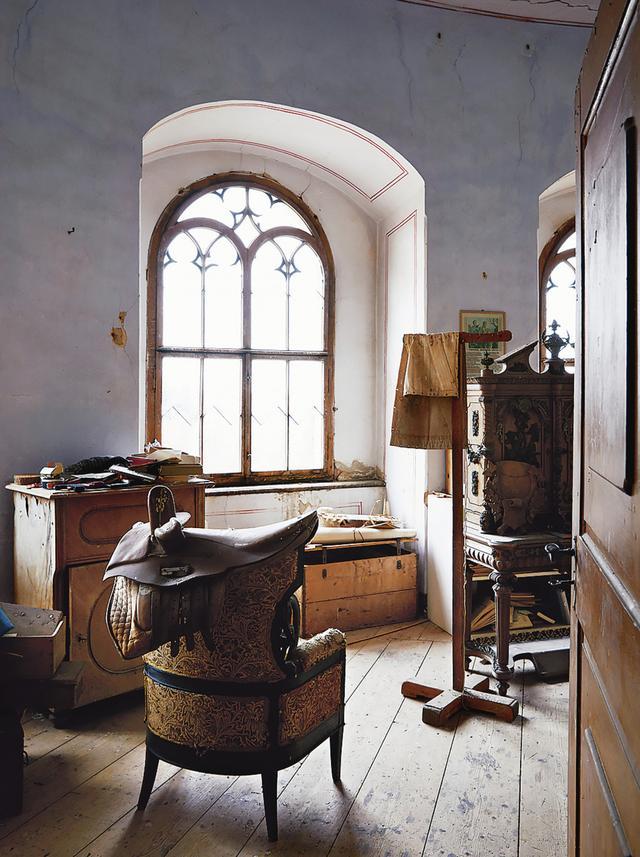 画像: 塔の別の部屋に残された家具