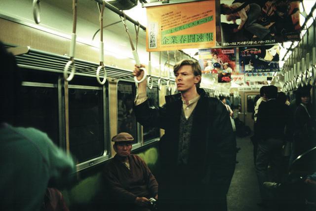 画像: 約40年にわたってボウイを撮り続けた鋤田正義が、1980年の来日時に阪急電車内で撮影。日本文化に深い関心を抱いていた彼は、新婚旅行でも日本を訪れている PHOTOGRAPH BY MASAYOSHI SUKITA