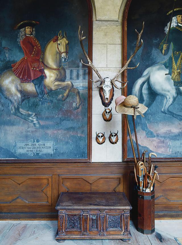 画像: 廊下の壁には18世紀の先祖たちの肖像画が