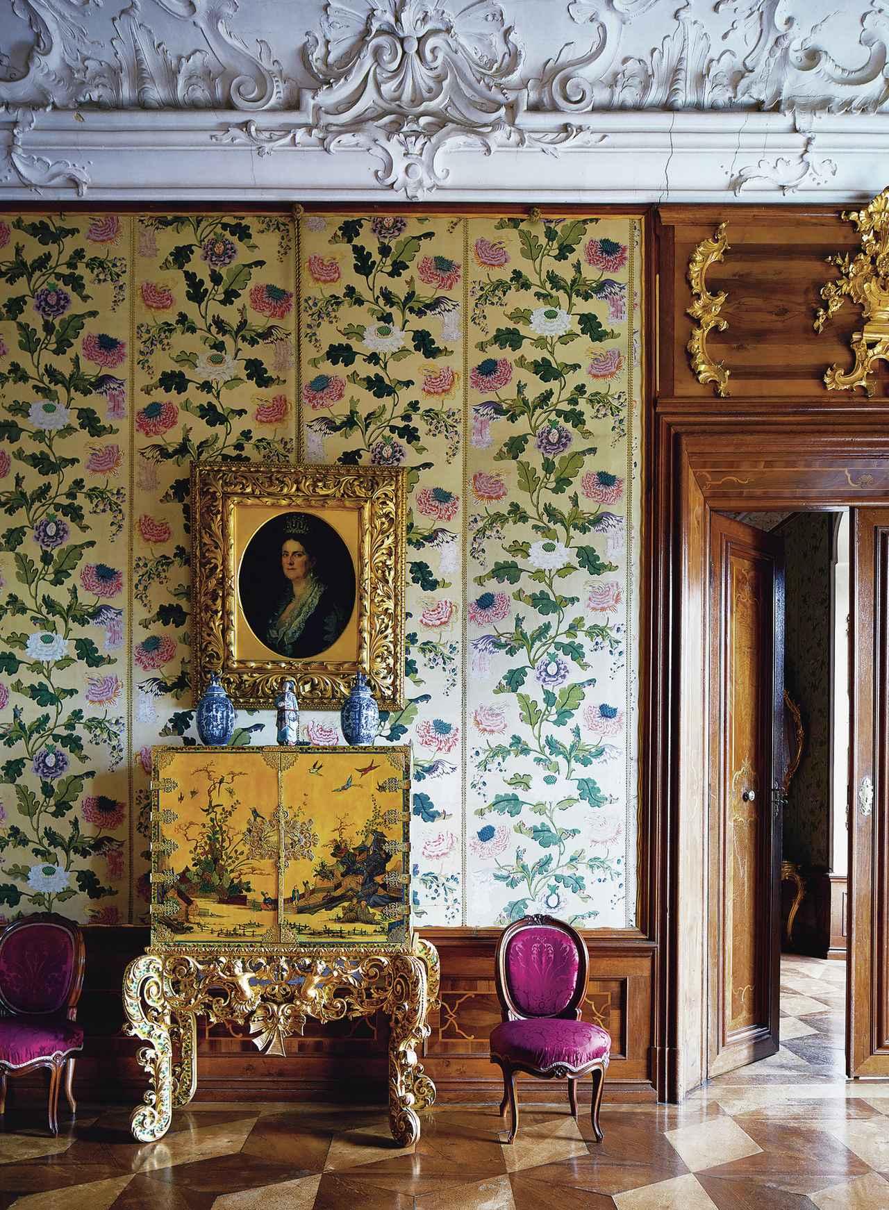画像: ホレネック城の中の、ほとんど使われていない歴史豊かな部屋やその調度品は、驚くほどよい状態で保存されている。たとえば、天井にあしらわれたバロック様式の漆喰の模様から、18世紀の中国の屛風や壺。さらに19世紀のオーストリア製の椅子や、プリンセス・ヘンリエッテ・フォン・リヒテンシュタインの肖像画まで