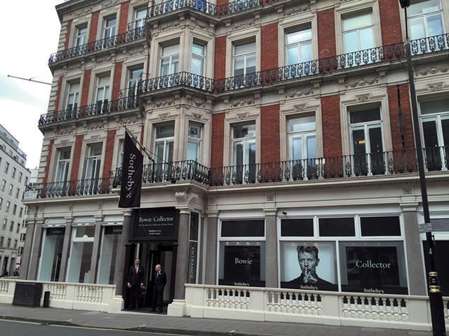 画像: オークション『Bowie/Collector』 のプレビューが開催されていたロンドンのサザビーズ。このあとロサンゼルス、ニューヨーク、香港に巡回した COURTESY OF MAKI NAKAMURA