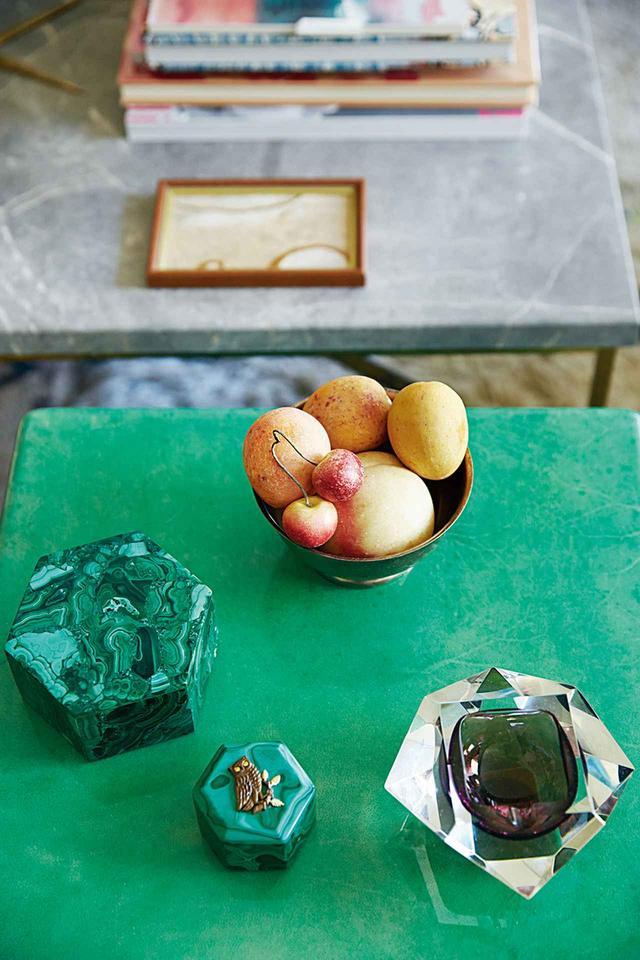 画像: アルド・ツーラーの染色したヤギ皮のテーブルに乗っているのは、フィリップ・クランジが作った青銅のフクロウが施されたマラカイトの箱