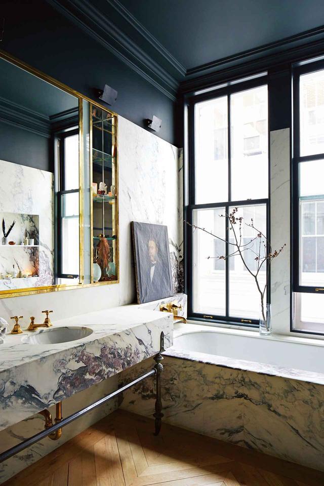 画像: ライオンズのバスルームには、ブレッチャ・カプライアという大理石を貼ったバスタブと、ジュエリーデザイナー、フィリップ・クランジがデザイン・製作した青銅の脚がついた化粧台が置かれている。什器はバーバー・ウィルソンズ社のもの