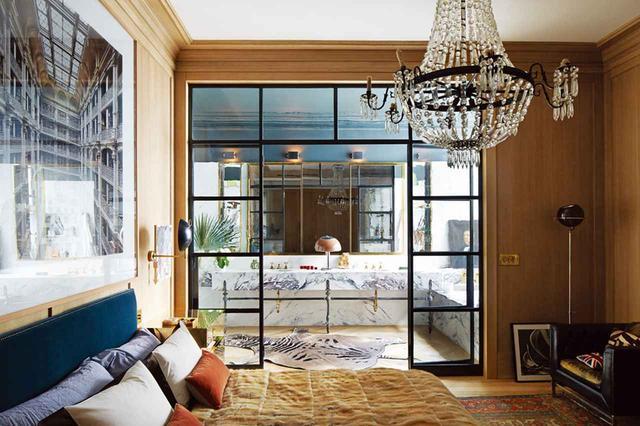 画像: ベッドルームにはカスタムメイドのシャンデリアが下がり、カンディダ・ヘーファーの写真がセーブルに覆われたベッドの上に掛けられている