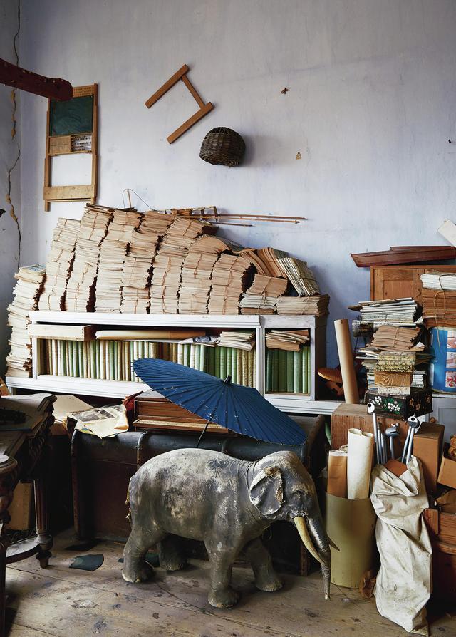 画像: 古い書物や、アルフレッドの父とその兄弟たちが子どもだった1940年頃に使って遊んだおもちゃが、城の南東の塔の中にある荒れ果てた部屋に置かれている