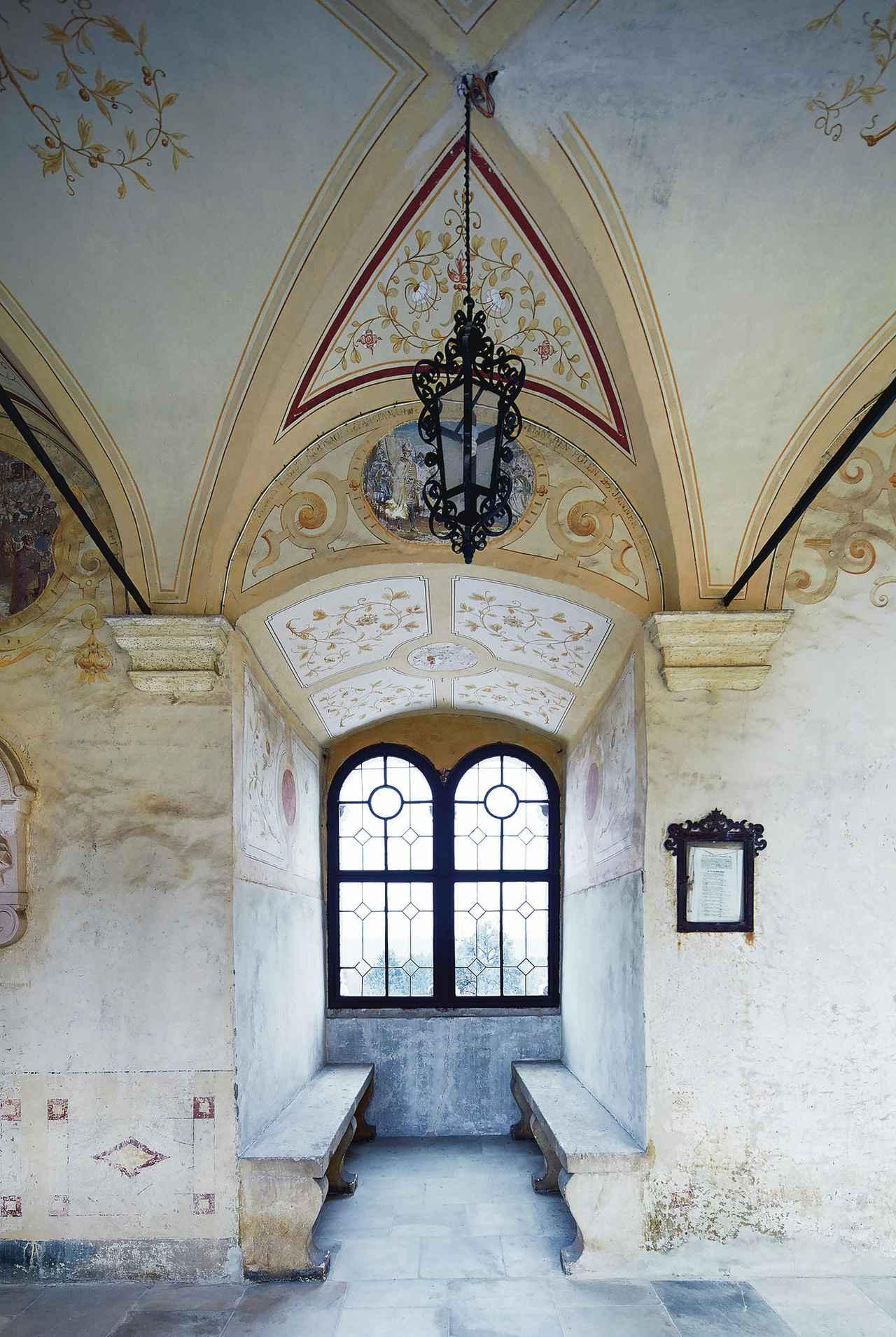 画像: 家族のキッチンの外にある廊下。16世紀の前半に建てられ、19世紀に彩色された。廊下の窓から見えるのはスロベニアの山々