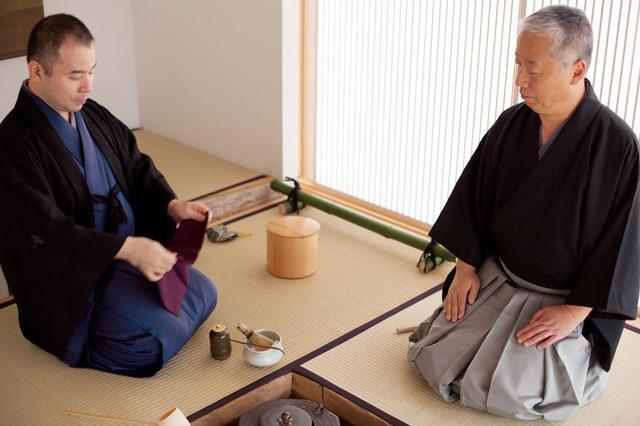画像: 茶室披きのとき。武者小路千家 千宗屋若宗匠(写真左)と杉本氏 ©SUGIMOTO STUDIO, COURTESY OF SO - OKU SEN, ODAWARA ART FOUNDATION