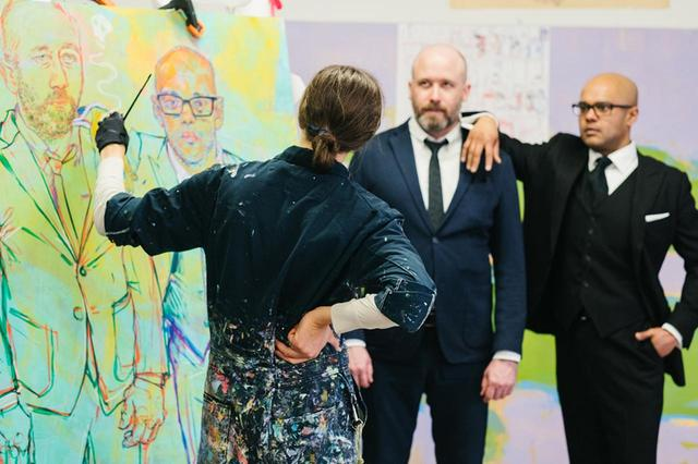 画像: ギャングロフは、2016年の大統領選挙の夜に、マジシャンのマシュー・ホルツクロウとプラカシュ・プルの絵を描き始めた。それから1年以上たった後、彼女は手と顔の詳細を描くために、2人を再度スタジオに呼び寄せた