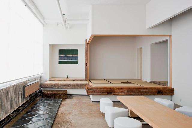 画像: ニューヨークのスタジオに隣接したスペースに造った茶室「今冥途」。画面左側一面の西向きのガラス窓からはハドソン川をダイナミックに望む。夕日が美しい。三々五々集まり、シャンパンのグラスを傾けたあと、和蠟燭をともして茶会が始まる。茶室は戸を開け放せばステージのようになるし、戸を立てて閉鎖した空間にするのも簡単だ。外国人の客も多いので、この上がり框の手前に立礼の席がある。まさに舞台と客席のように © SUGIMOTO STUDIO, COURTESY OF ODAWARA ART FOUNDATION