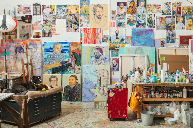"""画像: クイーンズの倉庫にスタジオを構えるホープ・ギャングロフ。彼女は、自身の知人のポートレイトを描くアーティストだ。彼女のスタジオの壁には、キャンディカラーで描かれた父親、夫、親友たちの絵画が飾られている。「私はとにかく""""色彩の恍惚""""を生み出すことに挑んでいるの」"""