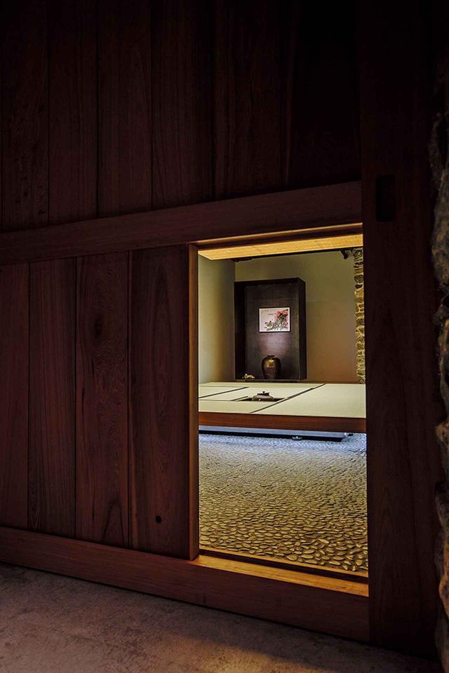 画像: ここはマンハッタンの築130年の建物、その地下にある茶室躙り口のこちら側から中を望む。多目的な用途も想定され、茶室としては広めの六畳間。炉が切ってあり、水屋も備えた堂々たるものである。「型にはまらないこと。アーティストのニーズに忠実にこたえてユニークな茶室にすること。多様な使い方に対応できること。アーティストの人柄に合わせること」。蔡國強氏から茶室の設計を依頼された建築家の重松象平氏が意識したのはそんなことだった PHOTOGRAPH BY AKIRA YAMADA