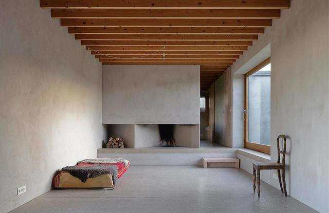 画像: 高密度の地盤を破壊することなく、地形の自然なカーブをそのままにして家を建てるため、建築家のタムは、ほとんどむき出しのこの家のコンクリート床を、部屋ごとに高さを変えてデザインした