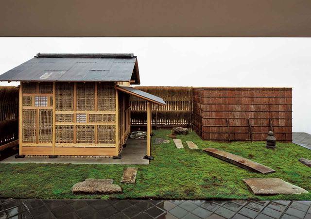 """画像: """"住まいのかたち""""を提案する 2013年「HOUSE VISION」で住友林業と杉本氏による""""数寄の家""""で発表した茶室、「雨聴天」千利休の「待庵」の写しとして設計され、屋根は古いトタン板。土壁は塗られておらず、竹小舞が露出している状態。これは会期終了後、解体され、小田原江之浦に建設中の杉本氏が主宰する文化施設、小田原文化財団への移築を意図したからである。奥に見える、竹箒を立てた簡素な垣根も杉本氏によるオリジナル © SUGIMOTO STUDIO, COURTESY OF ODAWARA ART FOUNDATION"""