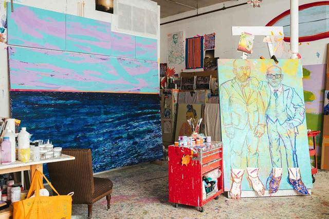 """画像: 「私は、海の風景を描いている女性から油絵を学んだの」と彼女は語る。「当時、私はニューヨーク州のアミティヴィルに住んでいて、その女性の家は、同じ通りの少し先のところにあったの。彼女の色彩をコントロールする力は、絶対的だったわ。""""最も珍しい色の組み合わせは、思いがけない効果をもたらす""""ことを教えてくれたのも彼女だった」"""