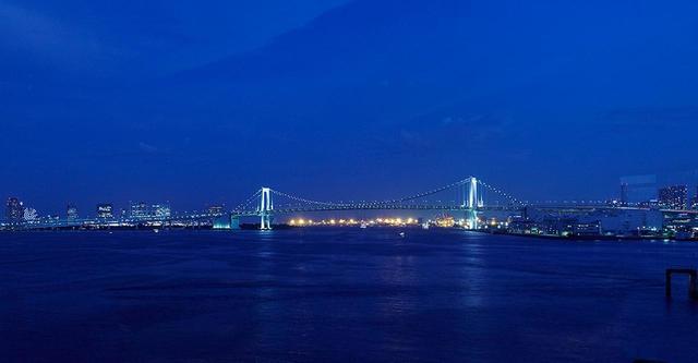 画像: この夜景こそ、ホテルが独占する湾岸の景色。絵葉書のようなビューが眼前に広がる都会のベイエリアだ