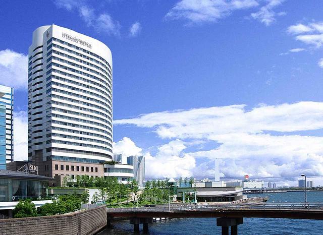 画像: 東京湾に向かって建つホテル外観。窓からはベイエリアのシンボル、レインボーブリッジのほか、180度以上の視界で湾岸の景色が見渡せる