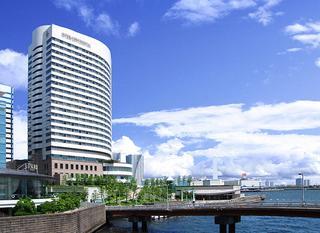 東京湾に向かって建つホテル外観