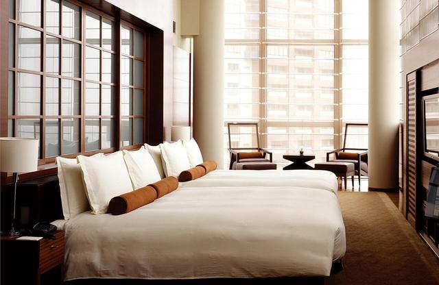 画像: 最上21階に位置する「プレジデンシャル スイート」<260㎡>。リビング、ワークスペース、ダイニング、キッチン、室内坪庭、プライベートプールも設置された贅沢な客室