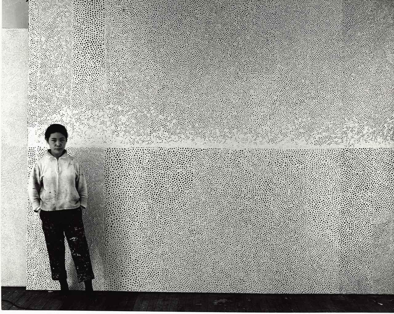 画像 : 1961年《無限の網》の前で