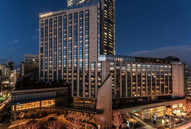 画像: 六本木ヒルズの中でもひときわ高級感のある外観。「グランド ハイアット 東京」の夜景