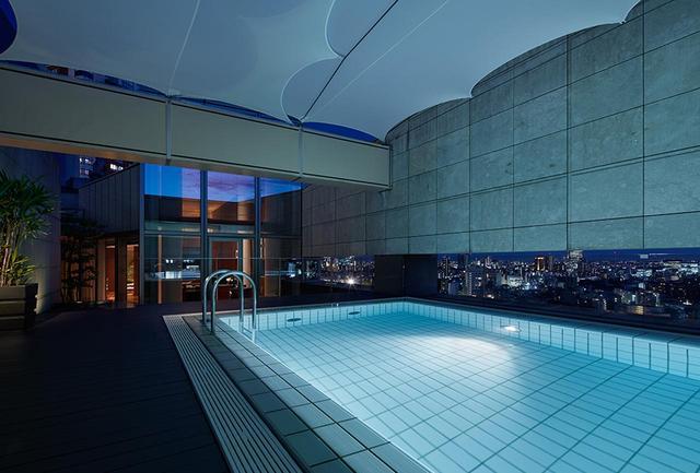 画像: 都内で唯一、プライベートプールを備えた「プレジデンシャル スイート」のプールでは夜景も楽しめる
