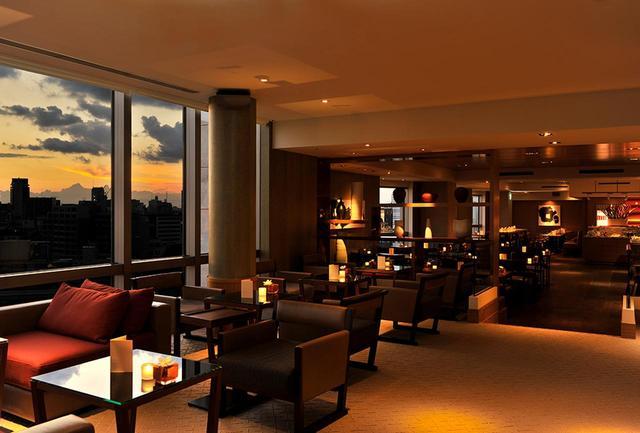 画像: クラブフロア滞在ゲスト専用「グランド クラブ ラウンジ」。チェックイン&アウト、専任のコンシェルジュ、コンチネンタル朝食、イブニングカクテル、ティータイムなど無料サービスが豊富