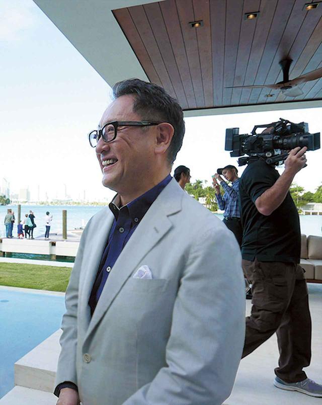 画像: マイアミで行われた「LEXUS Sport Yacht Concept」の発表会に登場した、レクサスCBO豊田章男。「クルマだけではリーチできない顧客にブランド訴求するひとつのツールになれば」 PHOTOGRAPH BY TOMONARIKOTANI