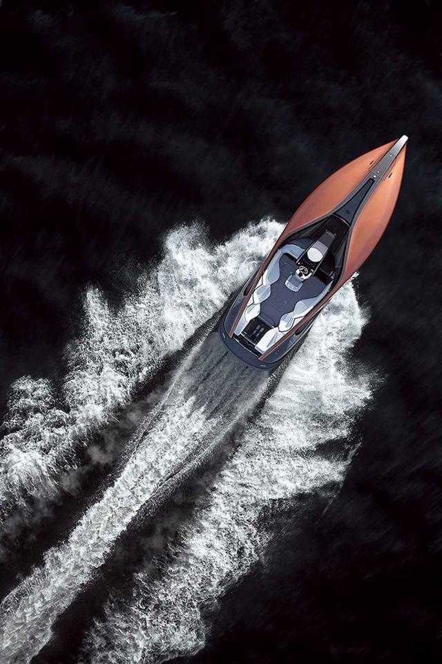 画像: V8エンジンを2基積んだボート。トップスピードは約80km/h