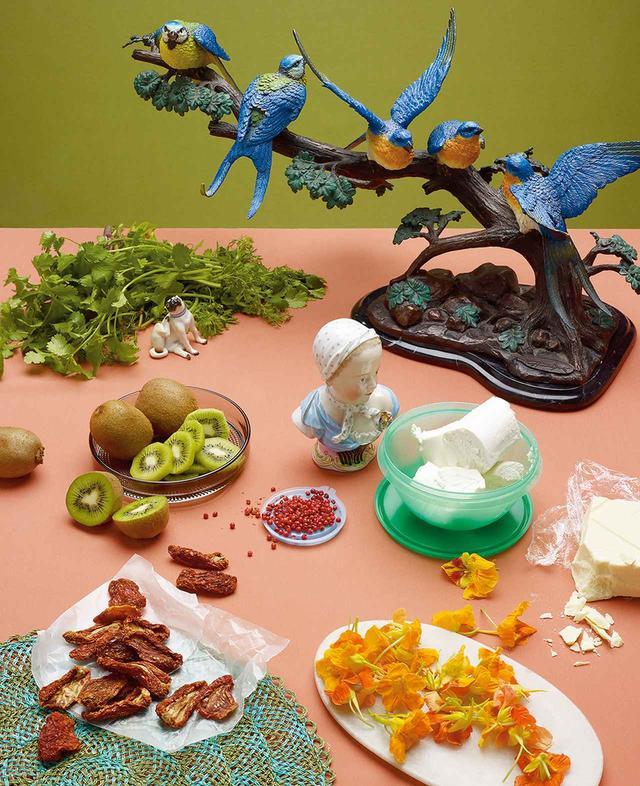 画像: 80年代初頭のニューヨークで市場を拡大した、かつてエキゾチックだった食材。(左上から時計回りに)コリアンダー、山羊のチーズ、ホワイトチョコレート、食用花のナスタチウム、天日干しのドライトマト、キウイフルーツとピンクペッパー 19TH-CENTURY MEISSEN PORCELAIN BUST OF GIRL, ALEXANDER'S ANTIQUES.